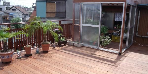 ウッドデッキで園芸を愉しむ広々とした屋上庭園へ
