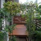 緑あふれるウッドデッキ、ウッドフェンスで温かみのある落ち着く空間へ