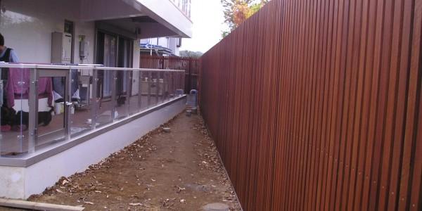 フェンスがウッドだと、景色も上質になる