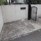 before : 凸凹のある石敷きの門まわり