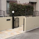 石を敷き壁を塗りなおして明るい印象の門まわり