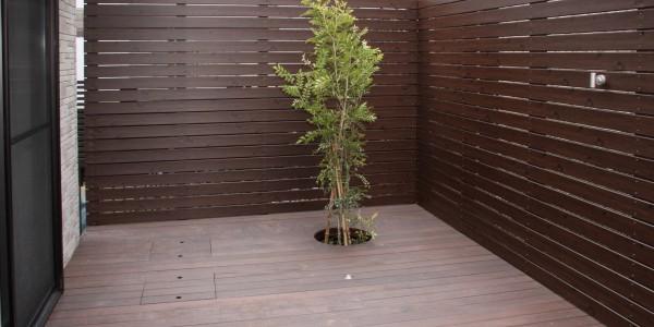 照明を付け、植栽し、くつろぎのデッキスペースに
