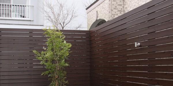 高いフェンスで隣地からの視線が全く気にならなくなった庭