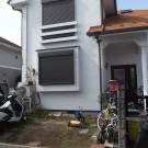 before:自転車などが散乱した印象の玄関前