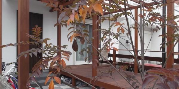 玄関アプローチのベンチ代わりにもなり、縁側的な使い方もできるウッドデッキ。