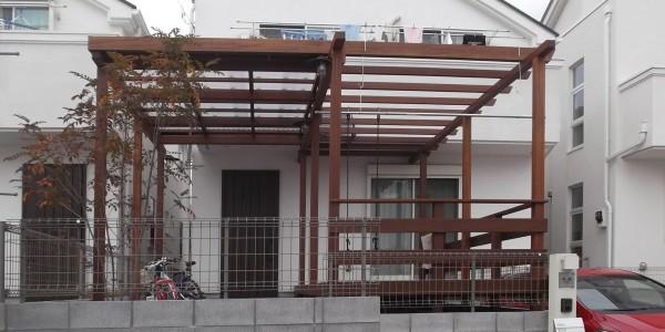 道路側から見た外観。パーゴラと屋根の傾斜と高さを合わせたので、すっきりした印象です。