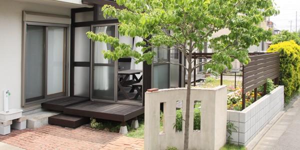既存のフェンスの色と同じ塗装をし、一体感のある仕上りです。