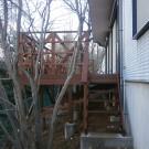東側からの階段前。