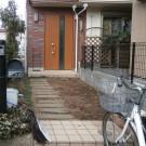 before:玄関前。アプローチに敷かれた枕木もかなり古びています。
