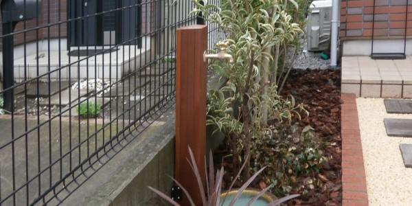 新しく作ったレンガの花壇とウッドの立水栓。植栽に馴染みます。