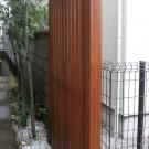 隣地との境の目隠しフェンス。玄関の出入りの視線を遮ります。