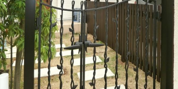 新規で取り付けた鋳物門扉。お子様の飛び出しも防げます。