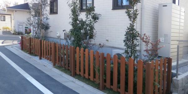 玄関横花壇部分。植栽を剪定し、ウッドで柵を付けました。