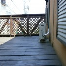 before:道路側のフェンス。すき間が大きいため、市販フェンスで転落防止対応