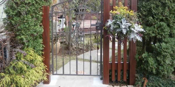 新しい門扉と縦桟フェンス