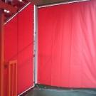 階段踊り場の開閉式テントと階段横の固定テント