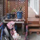 before:自転車置き場からデッキを見る。