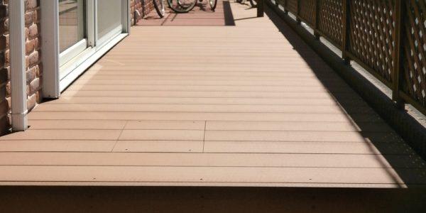 敷地奥から見るデッキ。テラス屋根とフェンスは既存利用です。