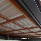 ルーフデッキの下面には波板ポリカを付け、駐車場への雨だれも防ぎます。