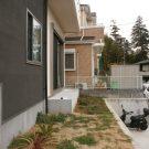 before:玄関側から見た庭。柵もなく、危ない。