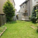 before:庭の芝が育ちすぎ、せっかくの花壇も埋もれてしまっています。