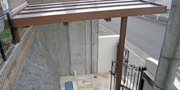 階段上から見たアプローチ。古い枡も石貼りを施し、すっきりしました。