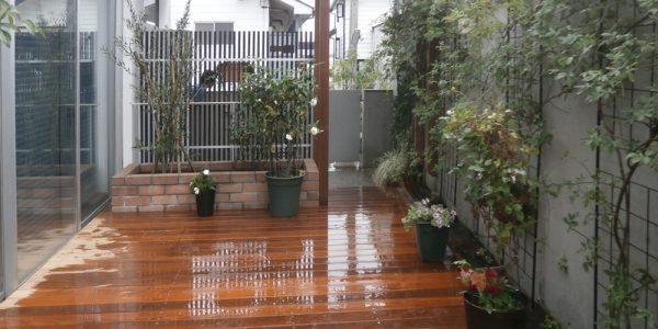 デッキから玄関見た玄関側。パーゴラとレンガの花壇を付けました。