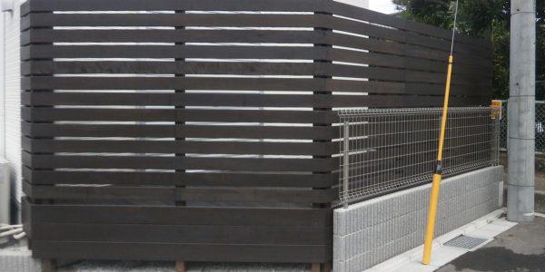 高めのフェンスで道路側からの視線を遮っているデッキ