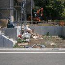before:建物建築中 道路から見た駐車スペース