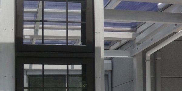 正面側の格子入り上げ下げ窓