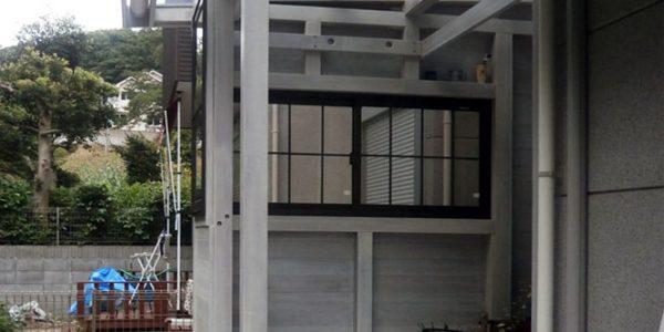 庭から見た内部(側面窓の格子入り引き違い窓)
