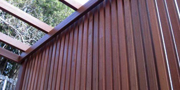 玄関前目隠しフェンスを見上げる