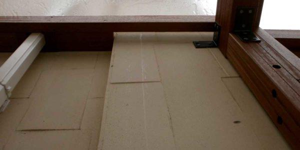 建物の凹凸に合わせ梁下地を重ねる