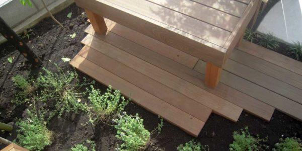 庭に設けたベンチ
