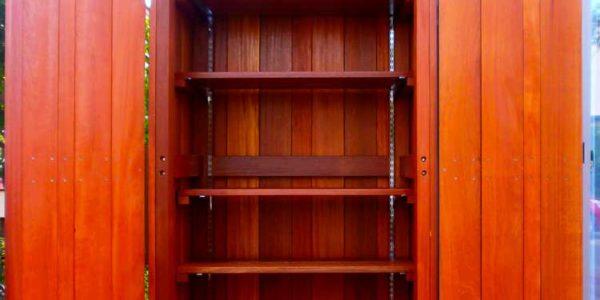 棚板の高さ調整ができる物置