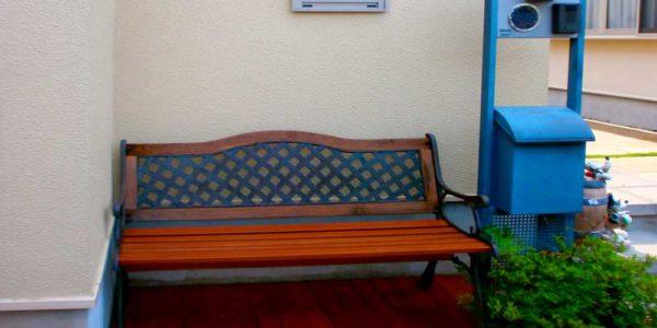 玄関脇に床板を張ったベンチコーナー
