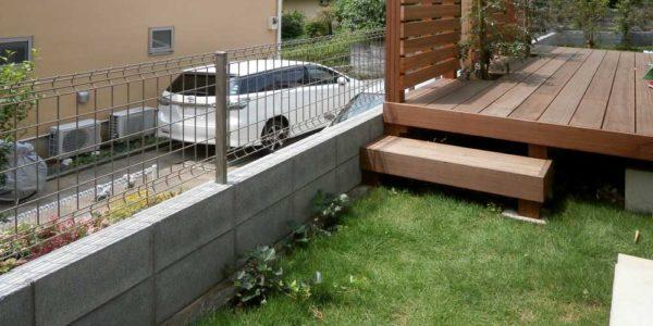 庭の奥から見たデッキ