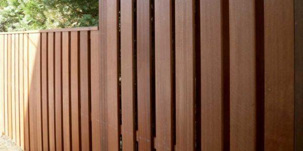 玄関側から見たフェンス