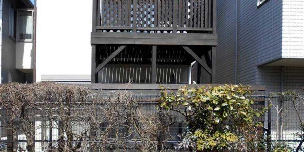 隣地遊歩道から見たバルコニー