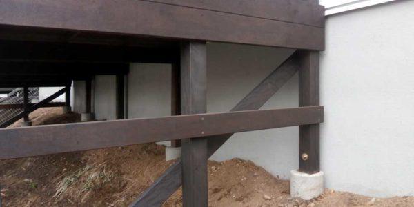 建物よりの柱脚部分