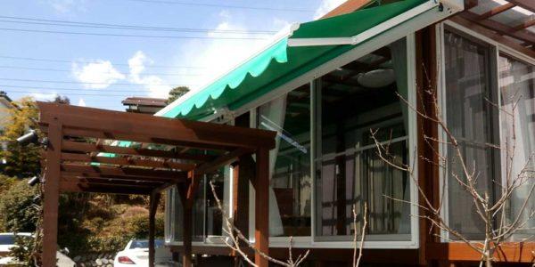 園路から見た入り口側のサンルームとパーゴラ