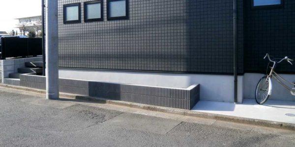 玄関側からデッキ方向への建物側面