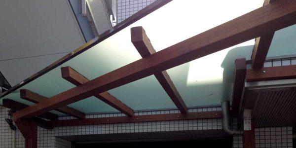 雨よけ屋根を見上げる