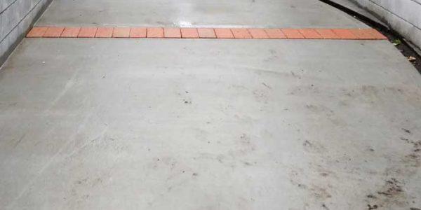 駐車場植栽目地施工中