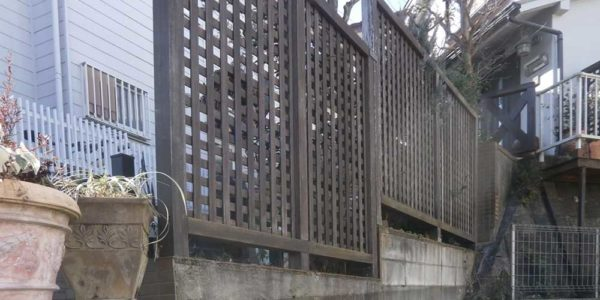 隣地側から見た階段横のフェンス