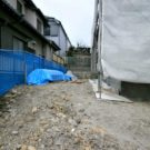 before:建物横を見る