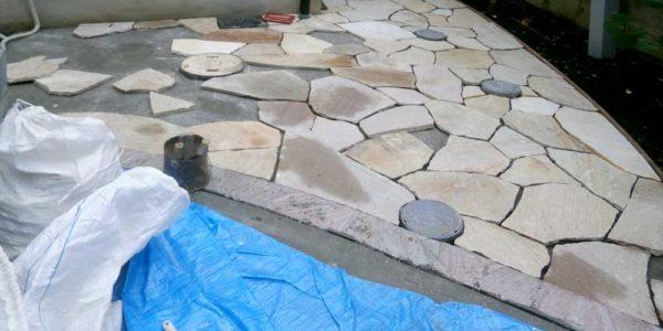 玄関前石貼施工中