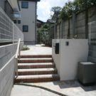 階段前から玄関方向を見る