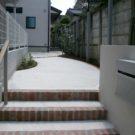 階段前から見たアプローチ
