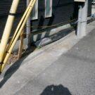 before:玄関前から建物側面を見る